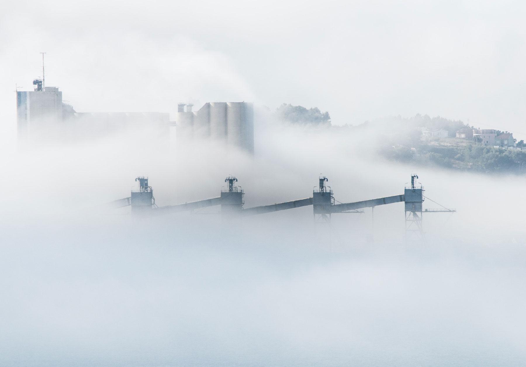 Fabrik mit Rauch